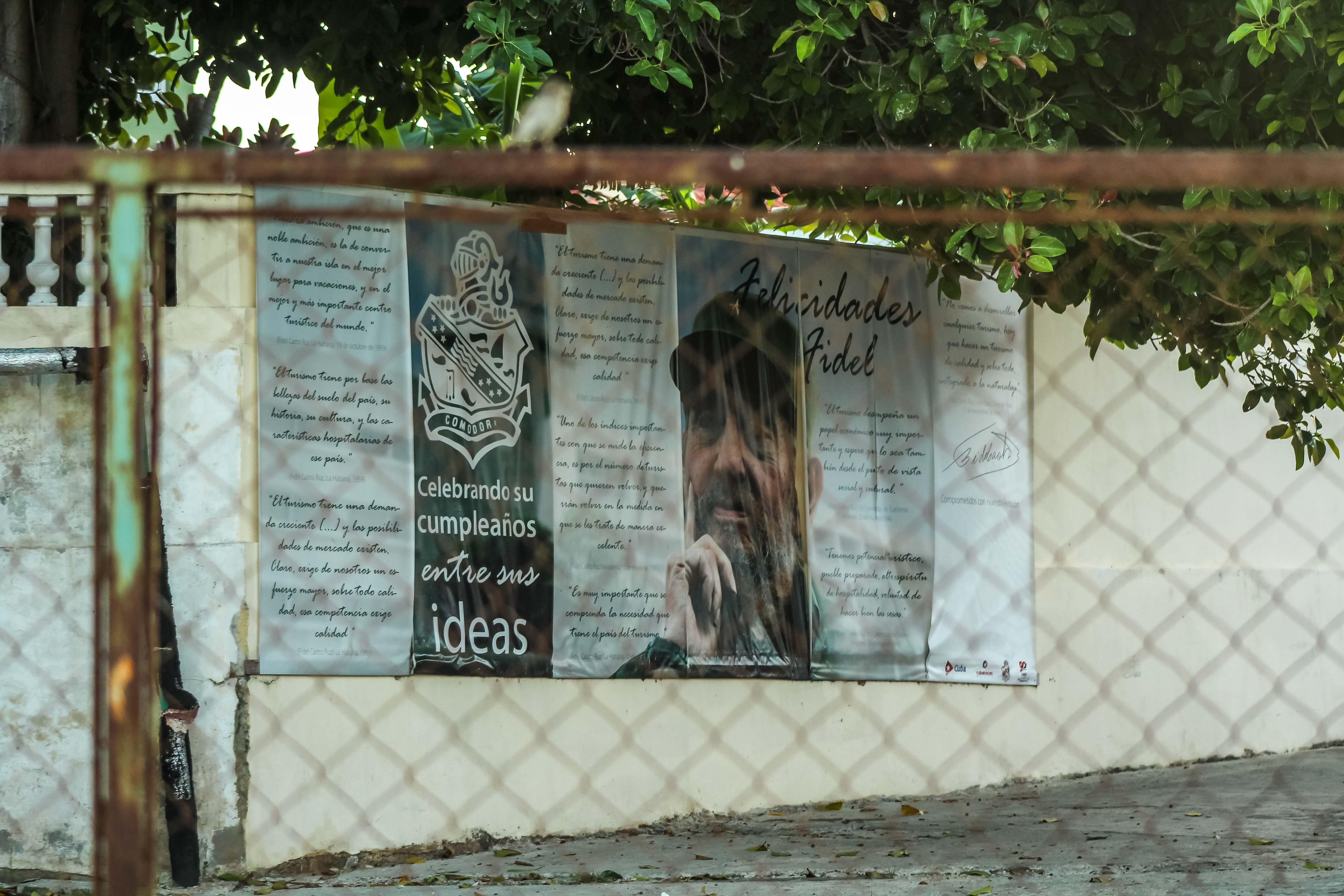 Poster de felicitaciones a Fidel Castro en La Habana