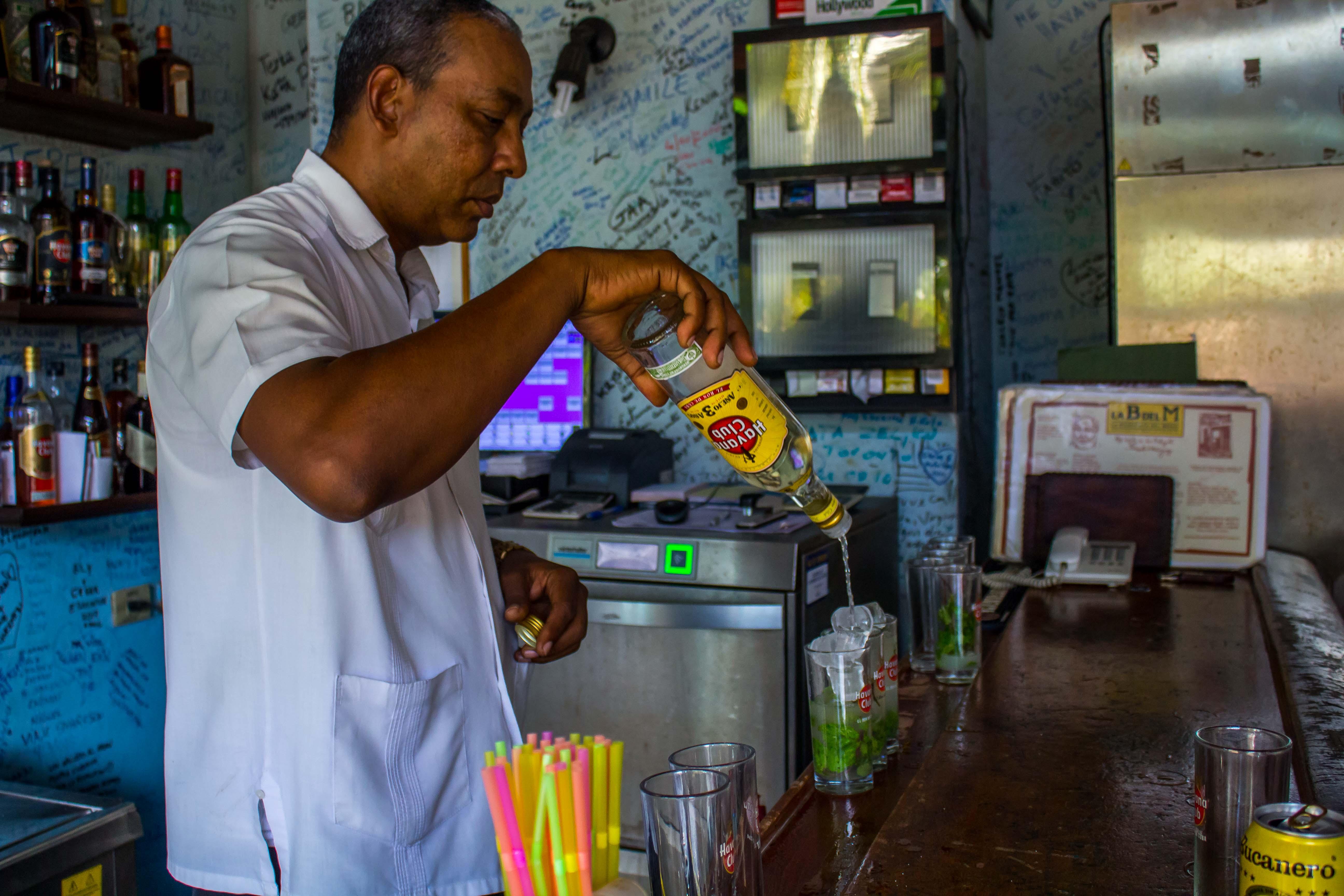Bartender en La Bodeguita Del Medio.