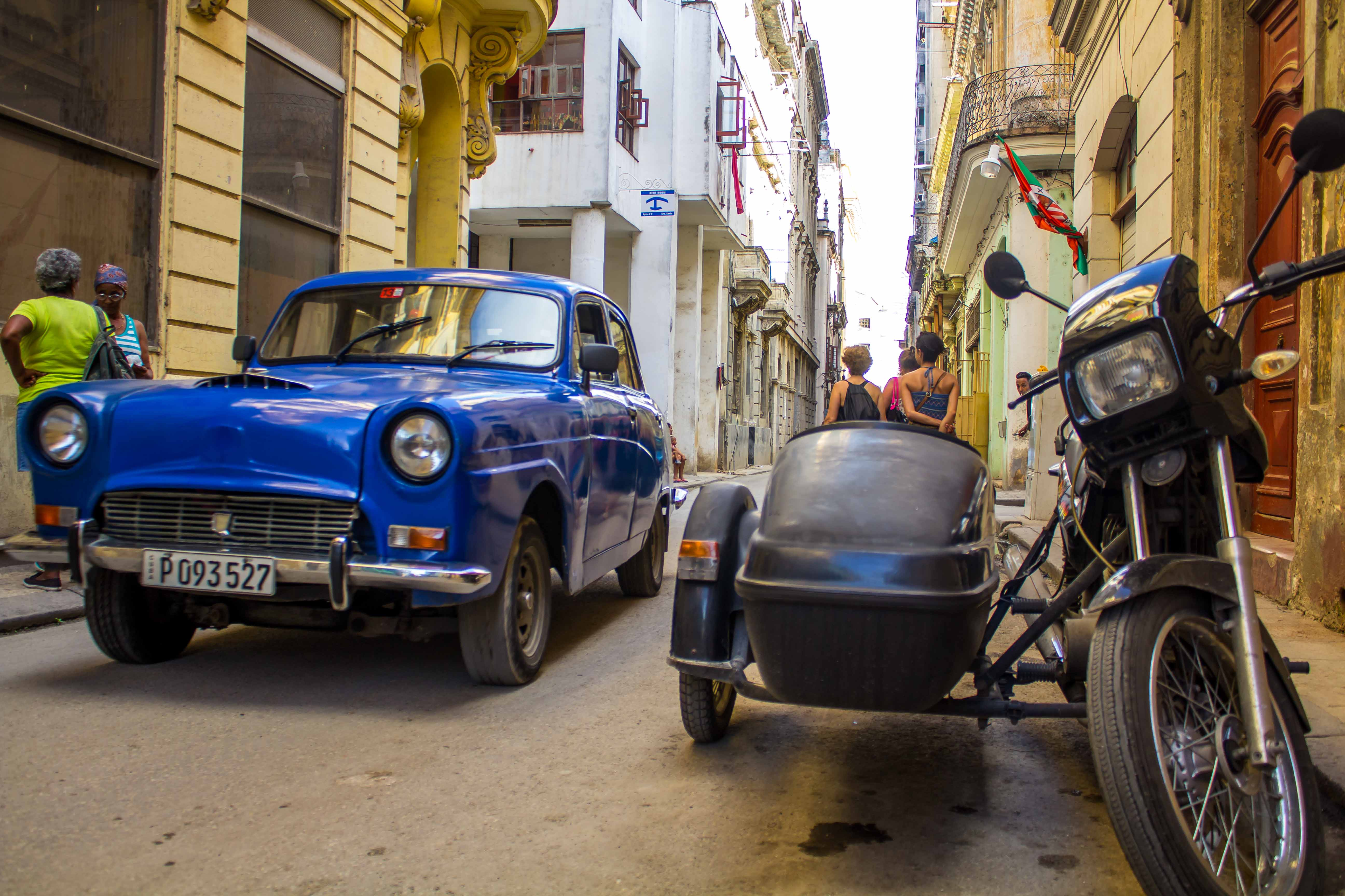 Automóvil y motocicleta antigua.