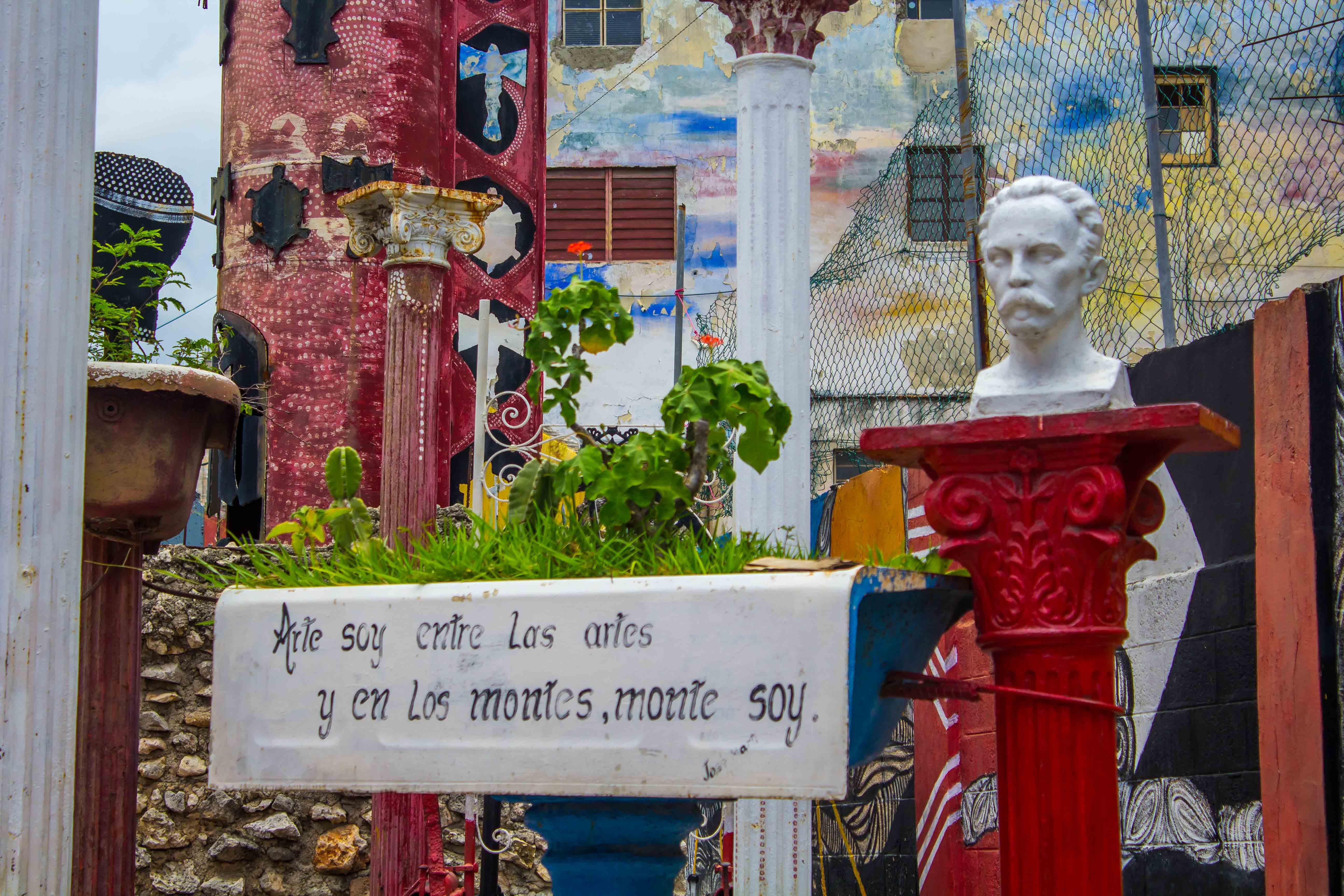 Arte en el Callejón de Hamel, un lugar dedicado al arte cubano en La Habana Vieja.